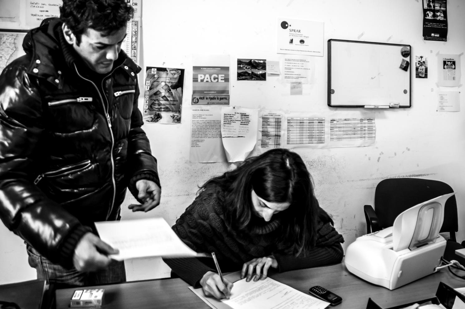 'Sede del C.I.R di Badolato: l'operatrice Cristina Cunsolo e il consulente legale Antonio Laganà.