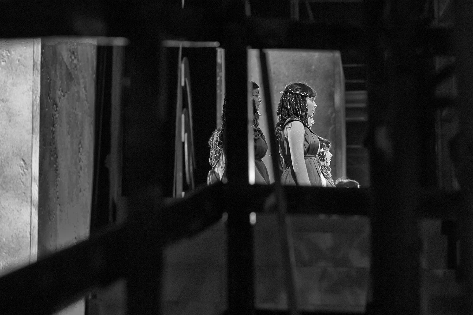 Le coriste dell'Ente Luglio Musicale Trapanese che, sul palco, ricoprono il ruolo delle Sacerdotesse, fotografate dal retropalco. Teatro di Tradizione G. Di Stefano, Trapani, luglio 2017. © Pietro Giliberti - Antonella Messina - Francesca Maria Tobia.