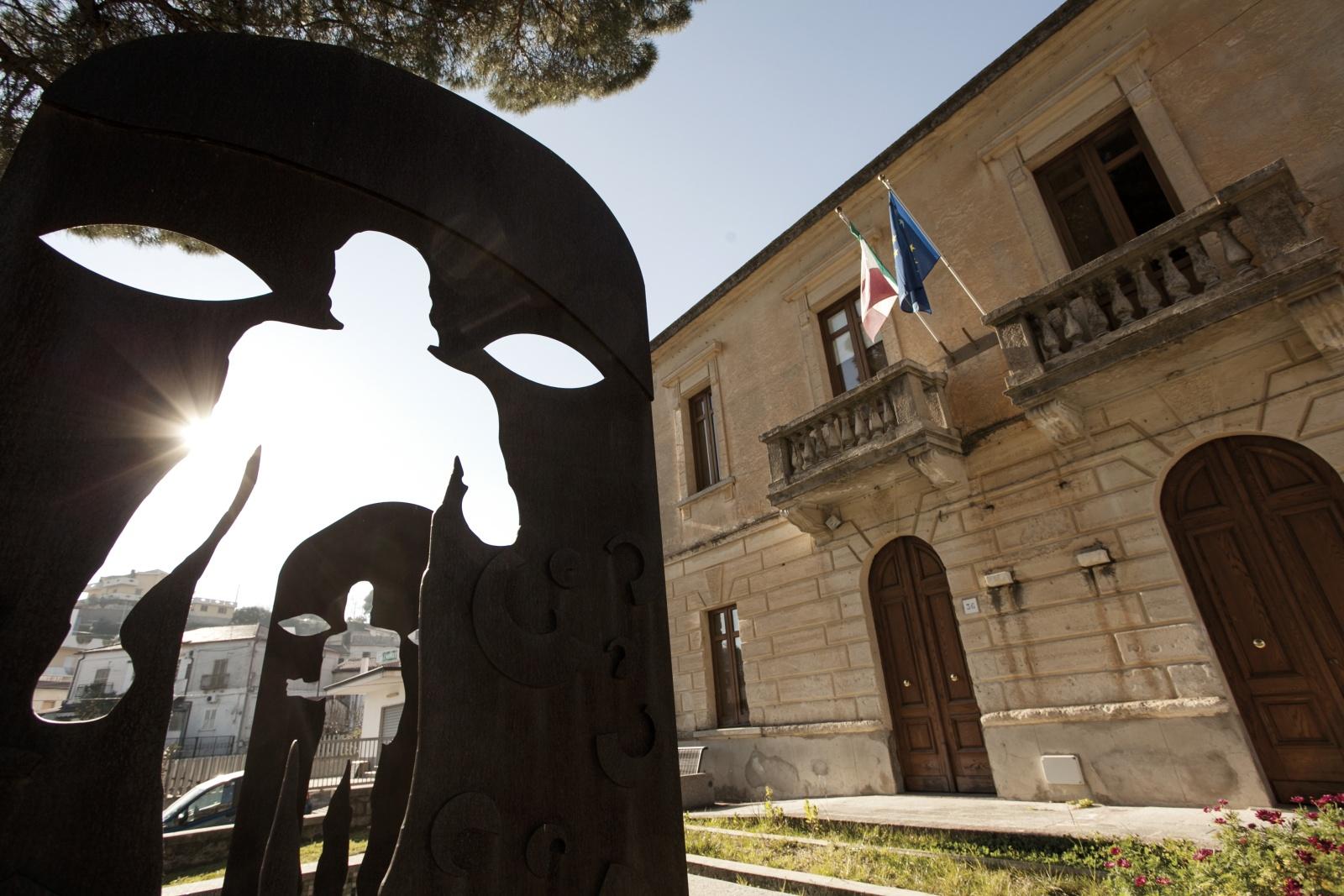 Il signor Sindaco e la Città Futura | Gianfranco Ferraro - La statua bronzea che ricorda i famosi guerrieri Greci davanti al palazzo municipale della città di Riace. © Gianfranco Ferraro.
