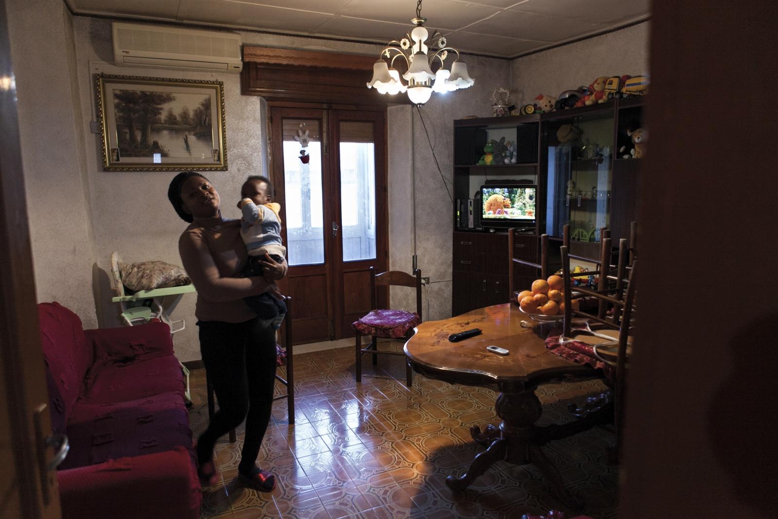 Il signor Sindaco e la Città Futura | Gianfranco Ferraro - Madre e figlio nigeriani in una delle casa di Riace offerte dal sindaco Domenico Lucano ai migranti. © Gianfranco Ferraro