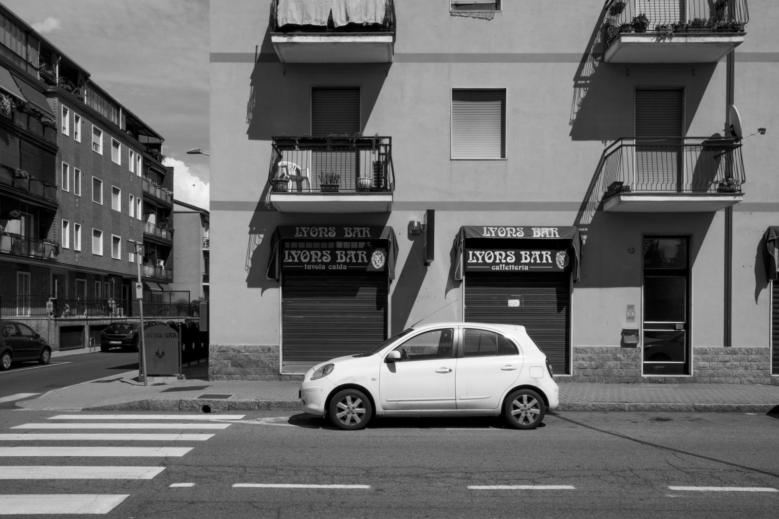 Via dei Mille, Buccinasco, Milano, 2015. Sentenza Nord-Sud, 1981: si svolge in un bar di Buccinasco uno dei più importanti summit di tutta la storia della 'Ndrangheta, tra i referenti delle 'Ndrine lombarde e i capi delle cosche calabresi. © Marco Barbieri.