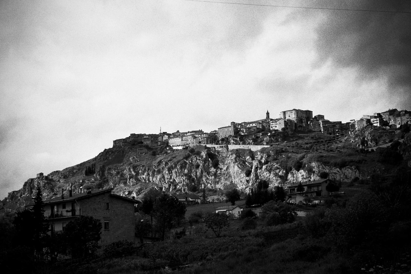 Panorama di Caggiano dalla Strada Provinciale 442. © Valentino Petrosino.