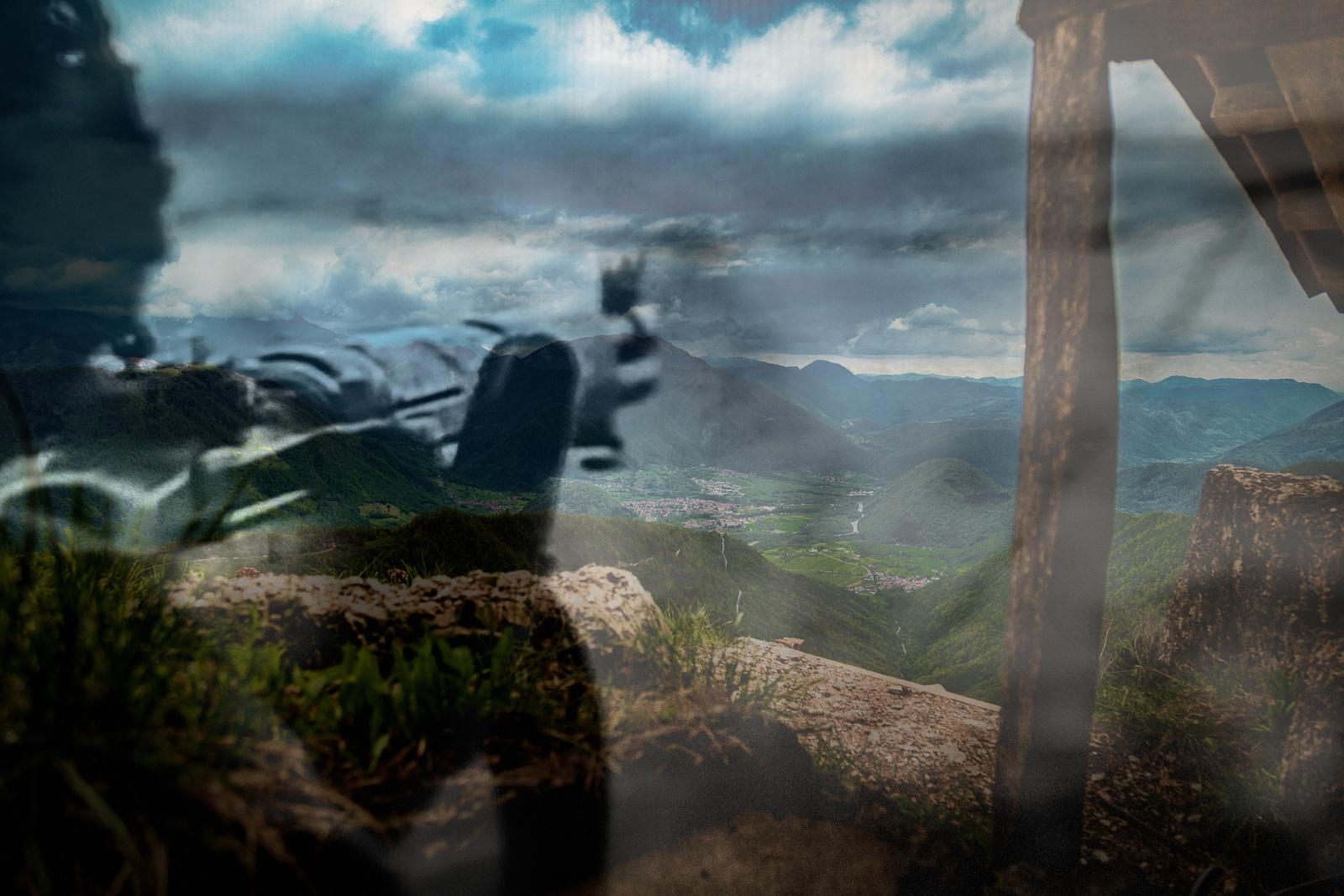 La memoria della battaglia nelle trincee sul confine italiano e sloveno, dove si è consumata la Disfatta di Caporetto con una strategia di posizione territoriale all'avanzata del nemico durante la prima guerra mondiale. © Danilo Tiussi.