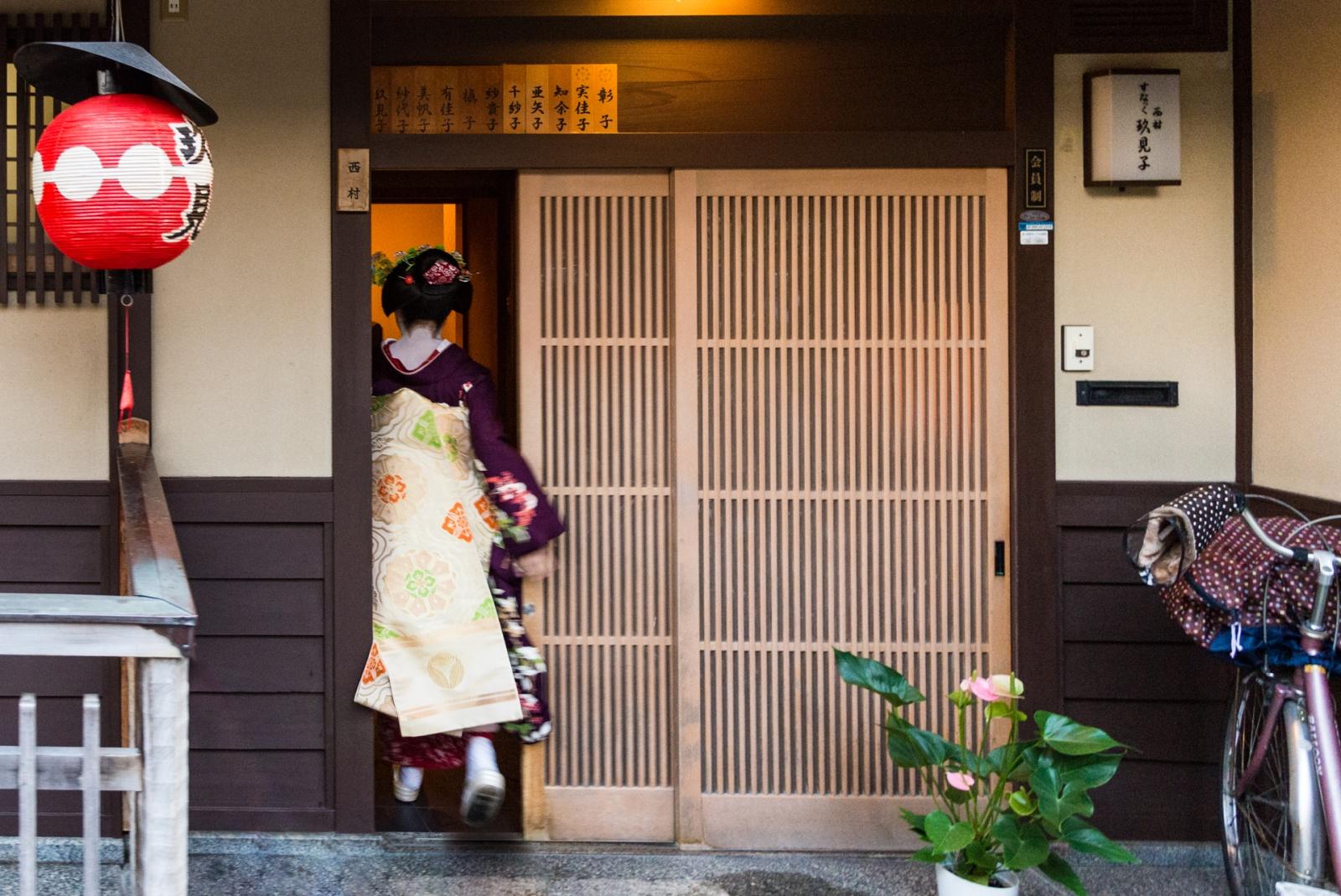 Una giovane maiko rientra nella sua okiya. © Fabrizio Bonifazi.