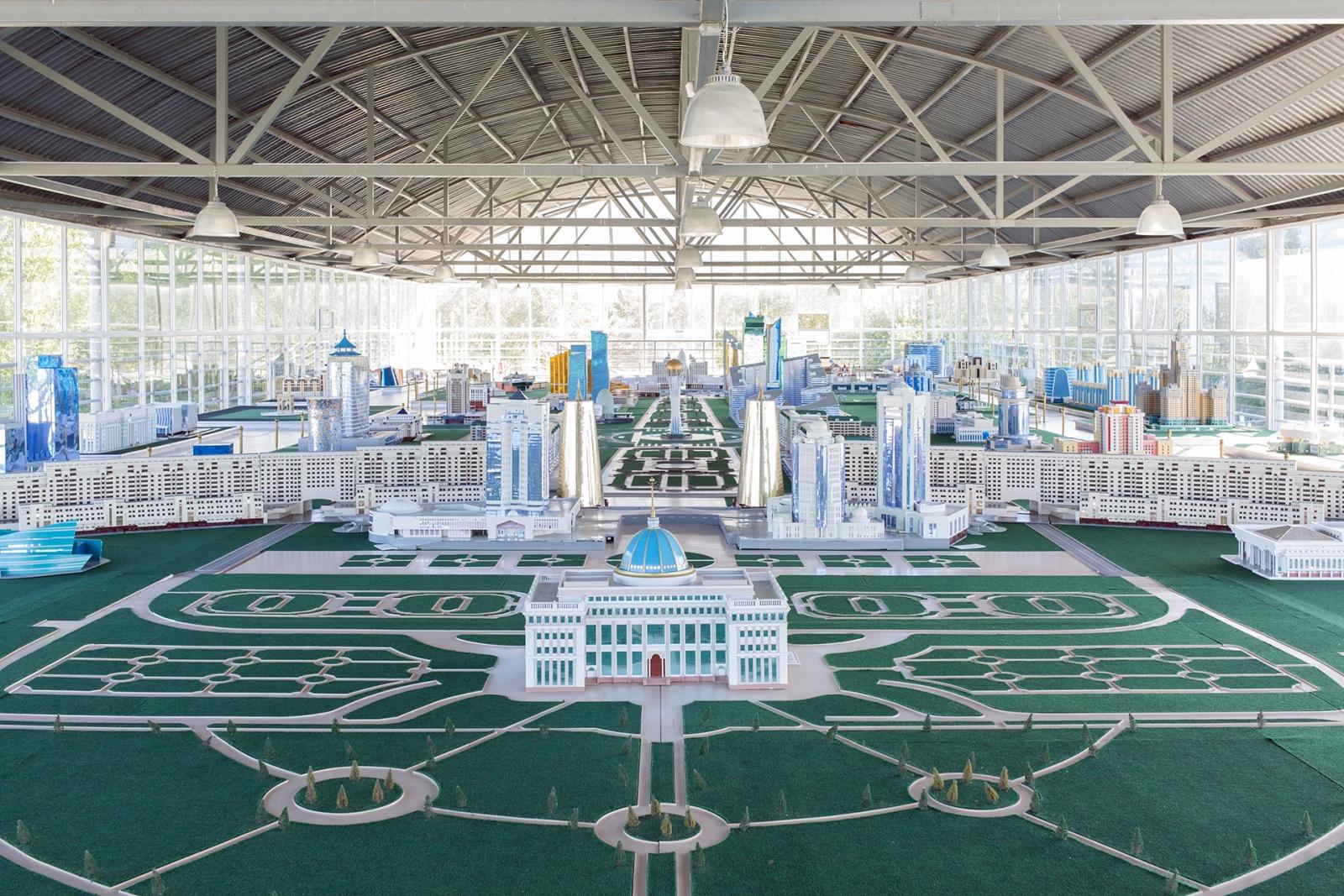 Modellino della città di Astana all'interno di un capannone del museo Atameken. Il progetto, che dovrebbe completarsi nel 2030, prevede che la capitale spazierà su un'area complessiva di 710km². Astana, Kazakistan, 2018. © Filippo Venturi.