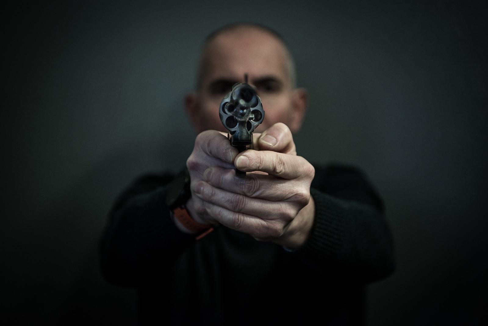 Il test su una pistola prodotta in Val Trompia, fatta al Banco Nazionale Prova Armi di Gardone. Febbraio 2018, Val Trompia, Italia. © Simone Tramonte.