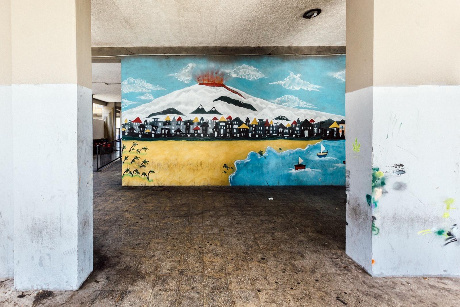 Murales raffigurante l'Etna che erutta su Librino, Catania, 2015 - 2016. © Riccardo Colelli.