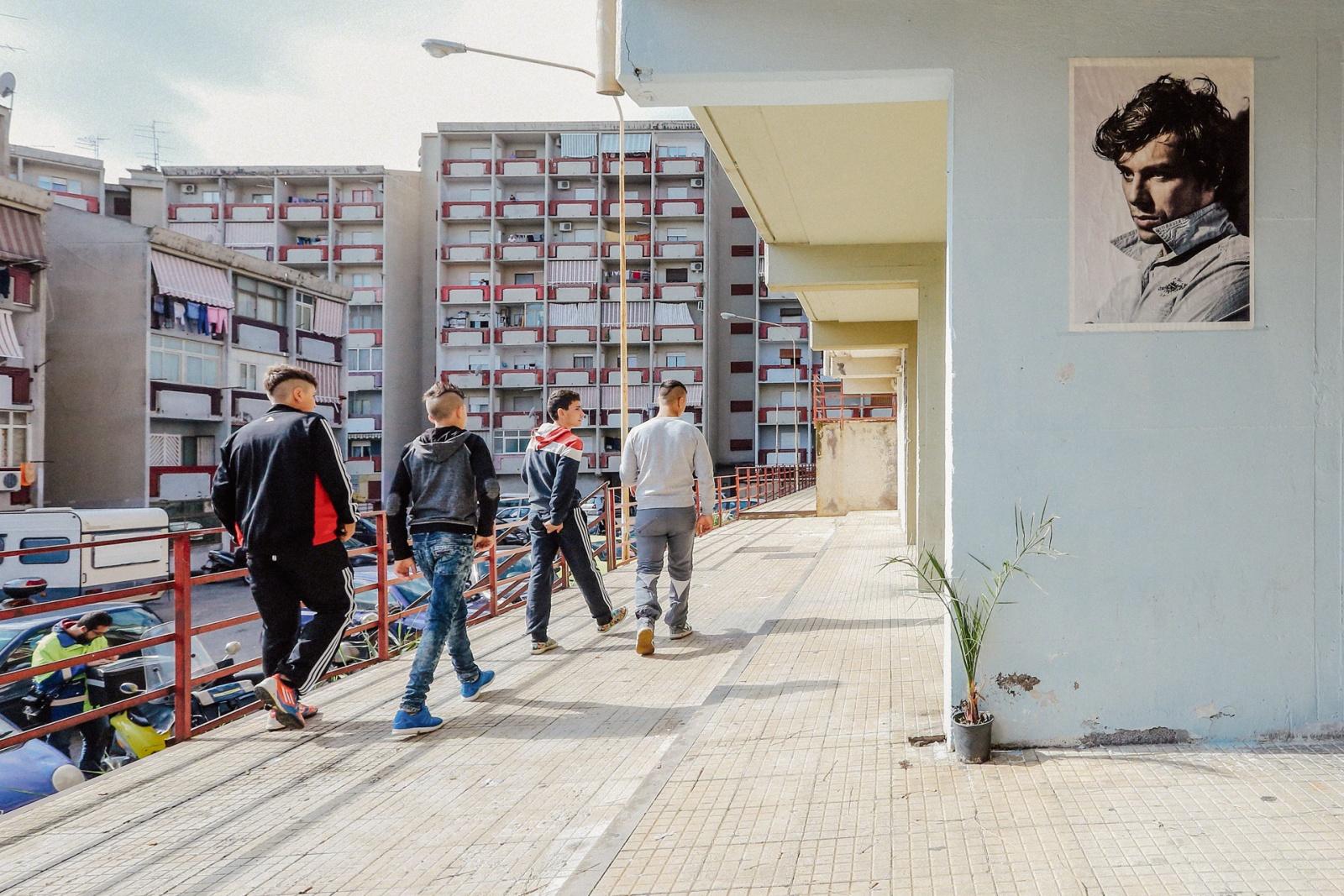Ragazzi che passeggiano nel quartiere Librino, Catania, 2015 – 2016. © Riccardo Colelli.