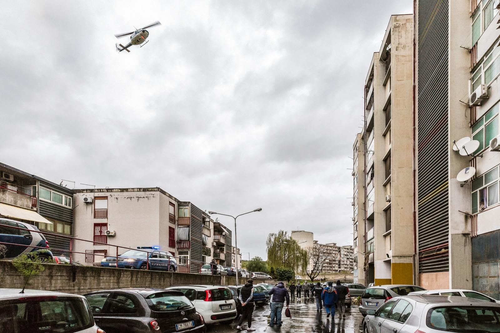 Inizio di un'operazione di polizia, Catania, 2015 – 2016. © Riccardo Colelli.