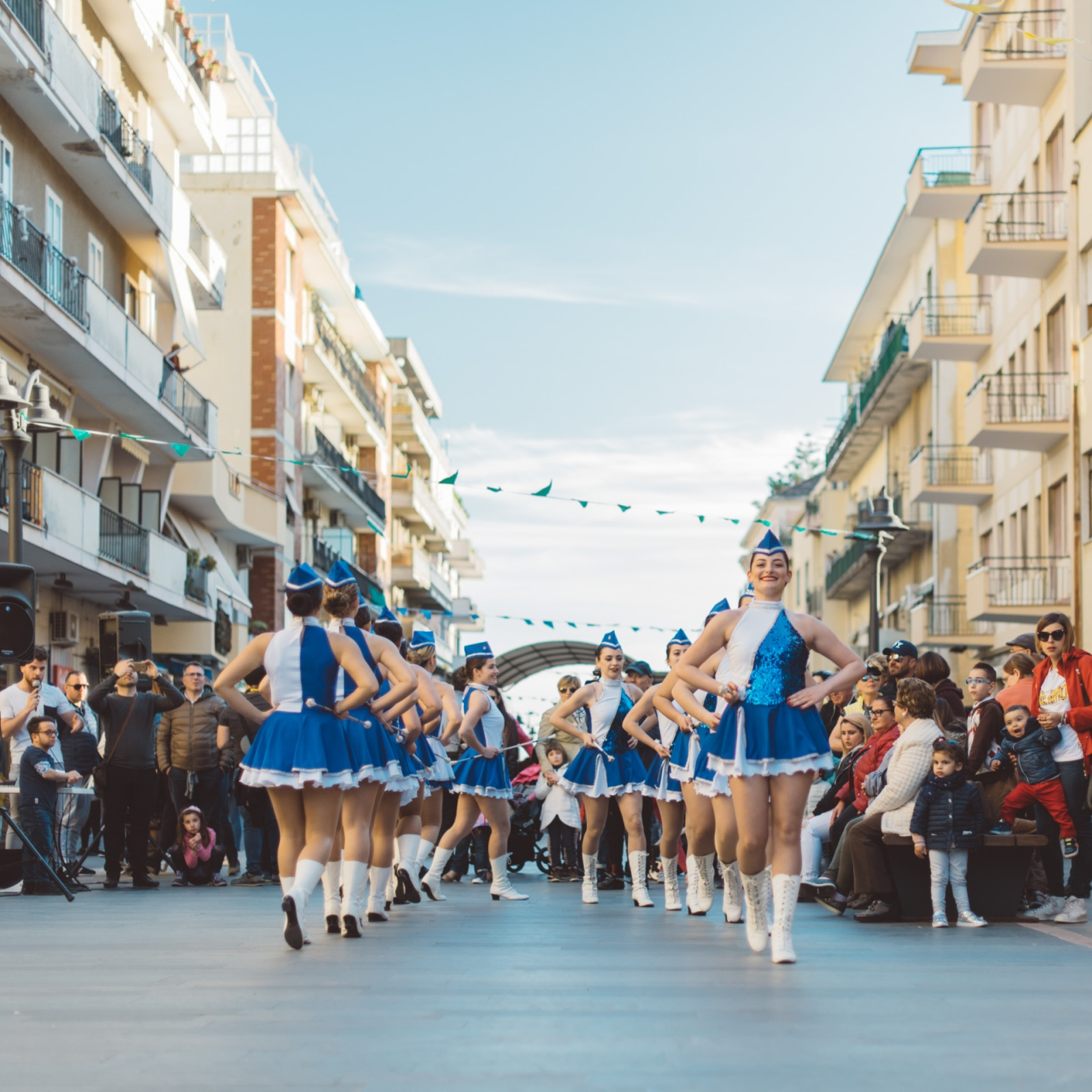 Le Sailors Majorettes di Scafati si esibiscono per il pubblico durante un raduno di bande e majorettes a Maiori. Maiori, SA, 2018. © Agnese Morganti.