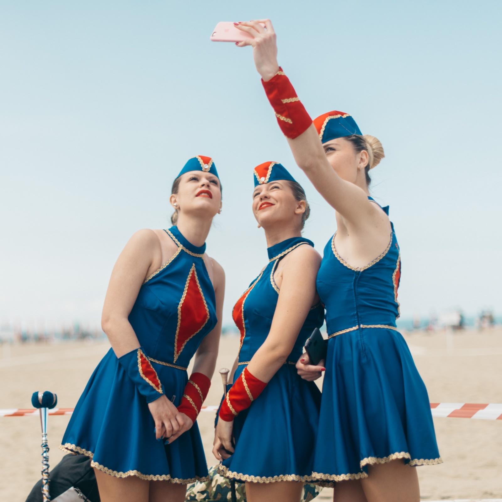 Giorgia, Sara, e Maida delle Majorettes di Mentana scattano un selfie in uniforme prima dei Campionati Italiani Majorette Dance ANBIMA - MWF 2017. Viareggio, LU, 2017. © Agnese Morganti.