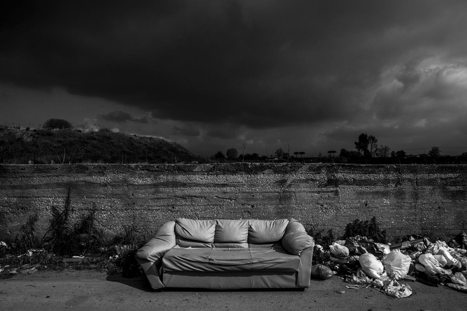 Spazzatura in via Cinquevie, nel cuore della Terra dei fuochi, Casalnuovo di Napoli, NA, 2015. © Stefano Schirato.