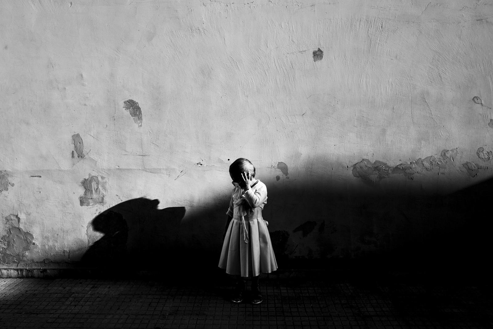 Anna Russo, 3 anni, sta combattendo con una leucemia linfoblastica acuta. Ora è nel periodo di mantenimento, Casoria, NA, 2016. © Stefano Schirato.