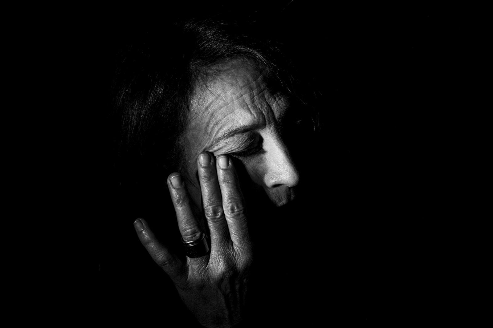 Pina Palma, 52 anni, si asciuga gli occhi, mentre parla di sua figlia Francesca, morta a 7 anni a causa di una leucemia linfoblastica acuta, Villaricca, NA, 2016. © Stefano Schirato.