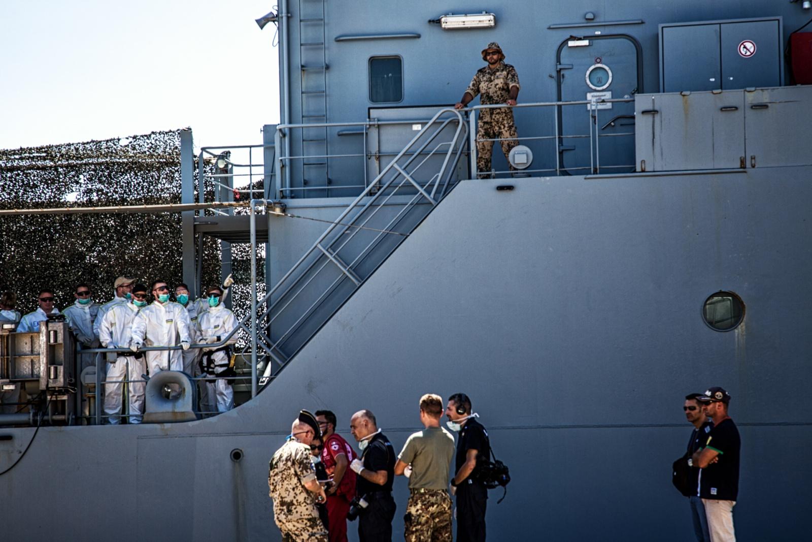Personale medico e di sicurezza all'arrivo della nave militare tedesca Werra sul molo del porto di Augusta, con 105 migranti recuperati in alto mare il giorno prima agosto 2015. © Max Hirzel.