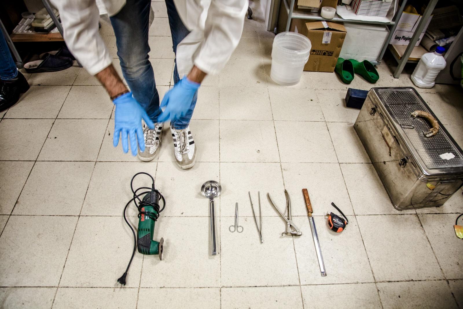 Daniele Darricello, tecnico d'autopsia del Policlinico di Palermo, mostra i suoi strumenti di lavoro. Il team del Policlinico è appositamente formato secondo le procedure DVI(Distaser Victims Identification),maggio 2016. © Max Hirzel.
