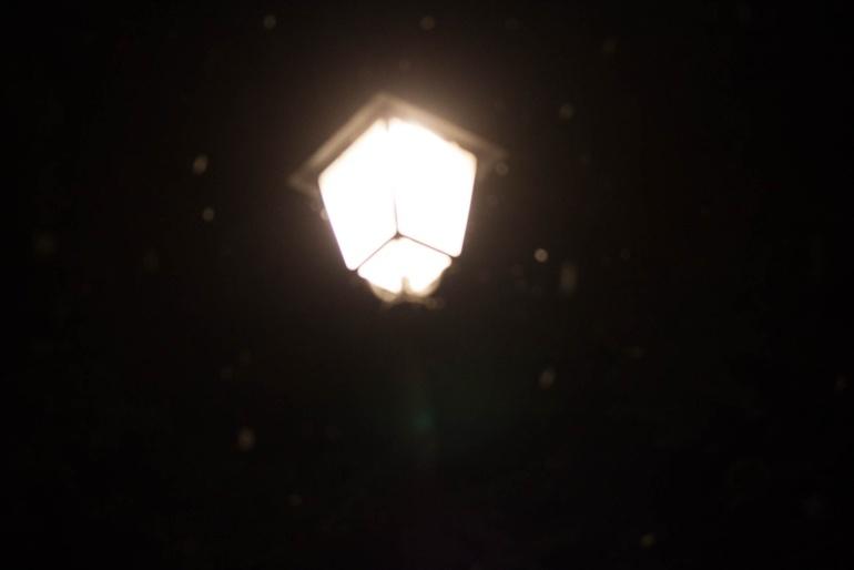 Lampione notturno, pioggia, Italia, 2013. © Anna Pizzoccaro.