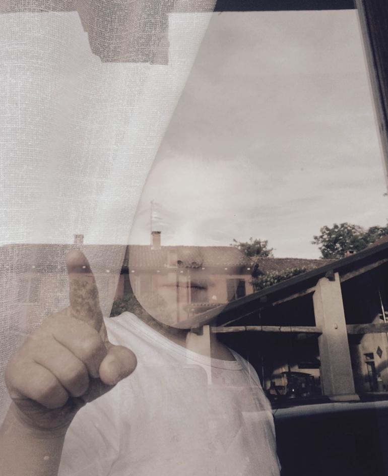 Mio figlio indica quello che vede attraverso il vetro, fotografia effettuata con iPhone, Italia, 2017. © Anna Pizzoccaro.