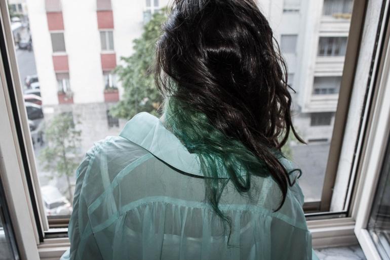 Mia sorella guarda fuori dalla finestra di casa mia, Milano, 2014. © Anna Pizzoccaro.