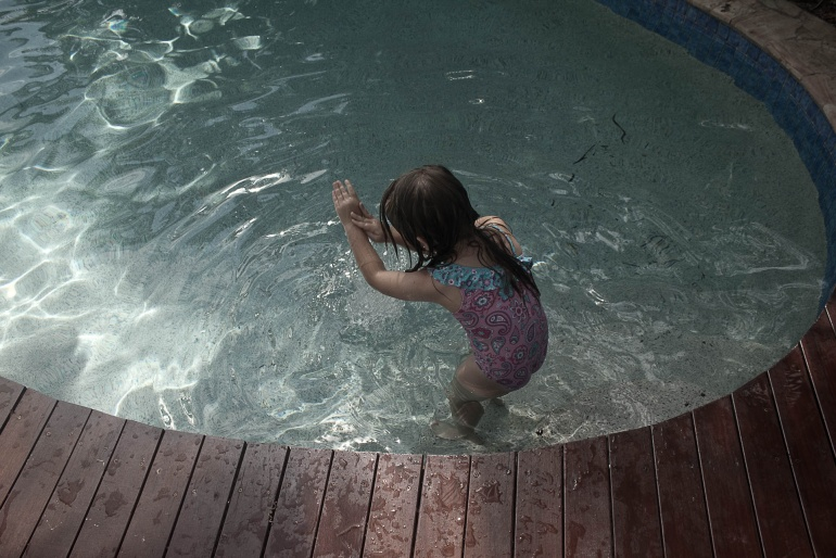 Una bambina sta imparando a nuotare senza braccioli, Gold Coast, Australia, 2013. © Anna Pizzoccaro.