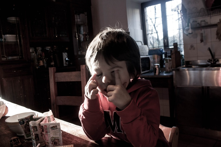 Mio figlio si stropiccia gli occhi mentre la luce entra dalla finestra, Italia, 2018. © Anna Pizzoccaro.